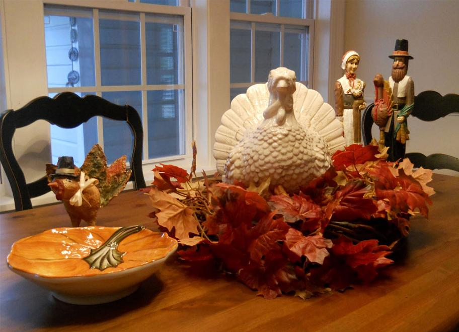 Pilgrims And Turkey Thanksgiving Dinner Table Decoration
